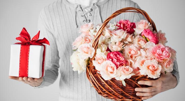 Как вручать подарки и цветы