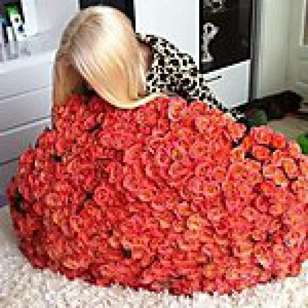 Фото девушек без лица с цветами, в руках букеты роз, ромашки 65