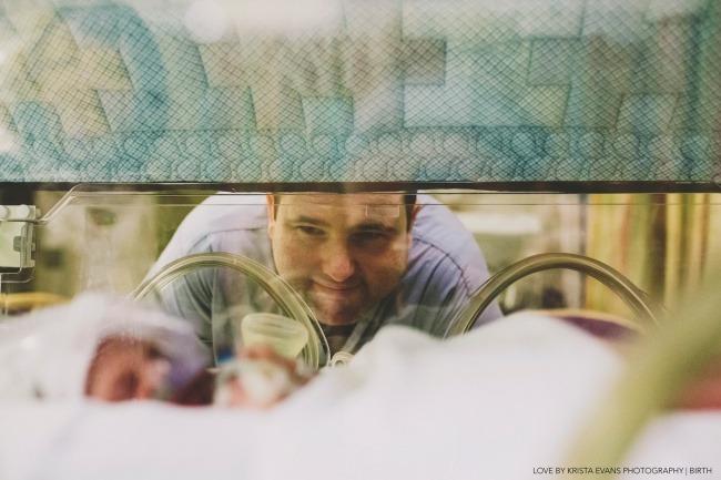 Папа не может налюбоваться своим сыном, который лежит в инкубаторе.