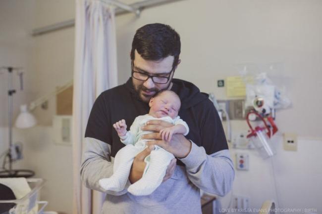 «Я не помню, что сказал мой муж, когда родилась наша дочь. Но я помню, как он выглядел — он держал ее, розовую, крошечную, а сам казался таким огромным и неуклюжим».