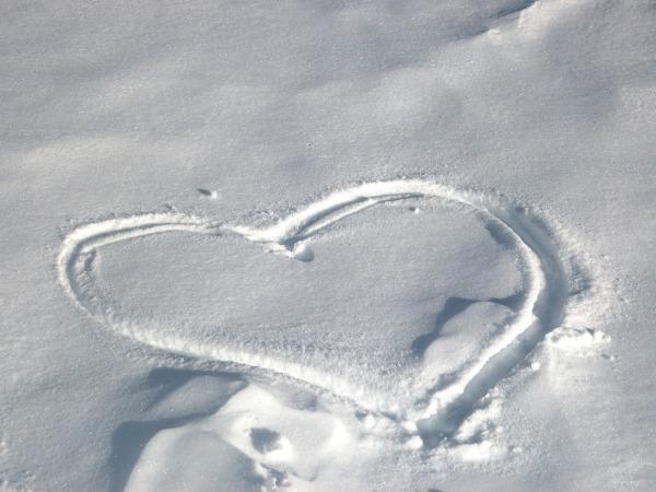 Обои о любви: Сердце на снегу