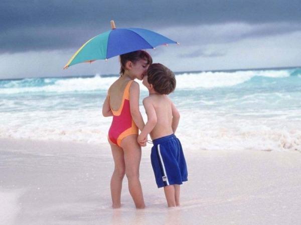 Обои о любви: Поцелуй малышей