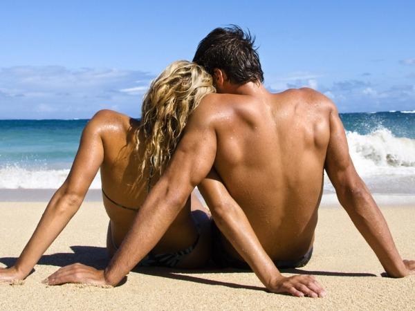 Обои о любви: Двое на берегу моря