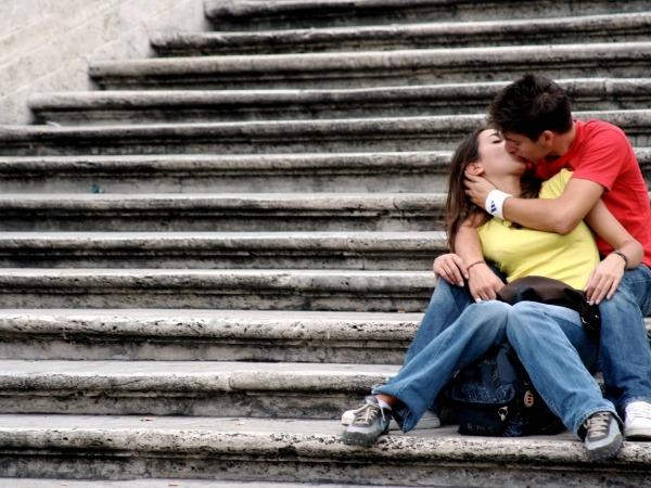 Обои о любви: Поцелуй на лестнице