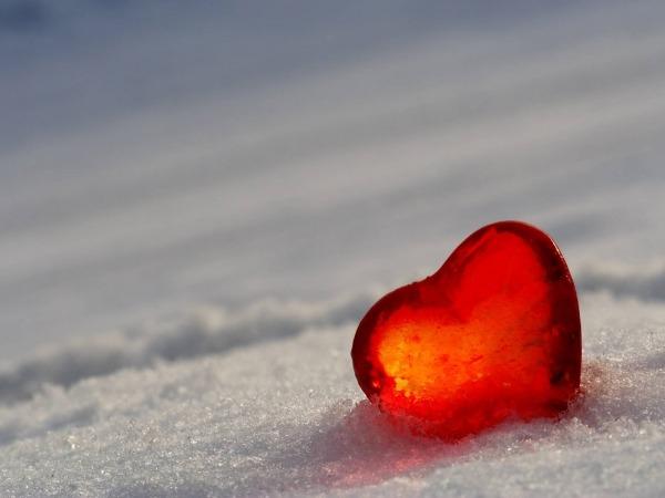 Обои о любви: Сердечко на снегу