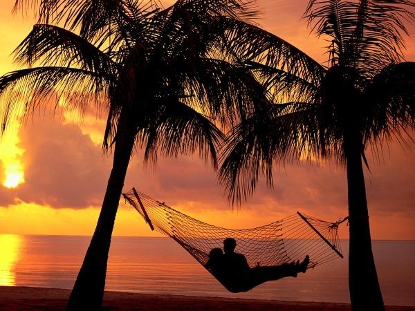 Обои о любви: Двое в гамаке на берегу моря