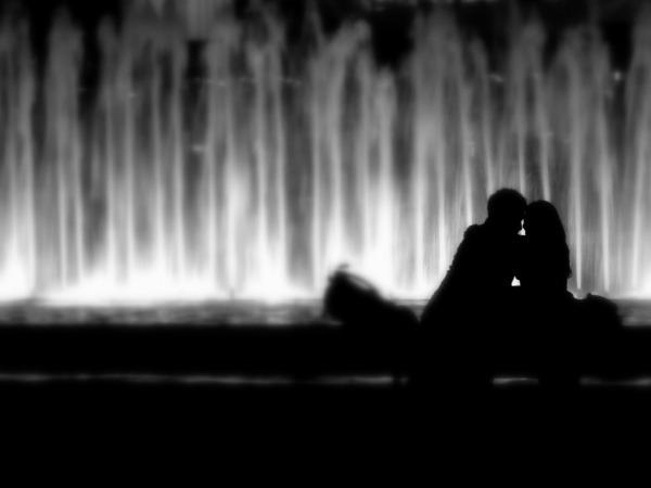 Обои о любви: Влюбленные у фонтана