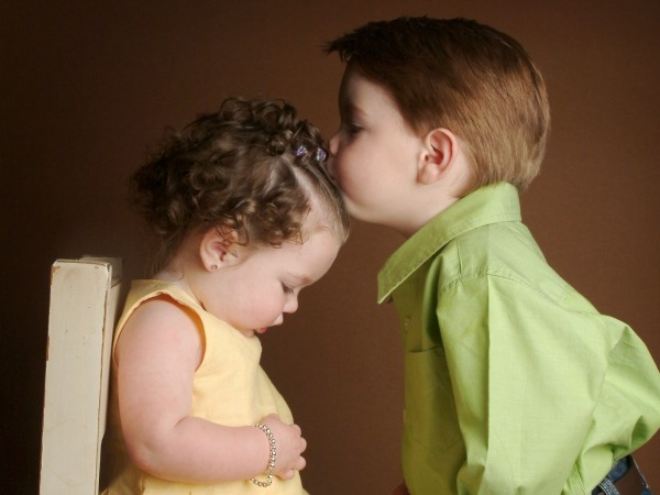 Обои о любви: Детский поцелуй
