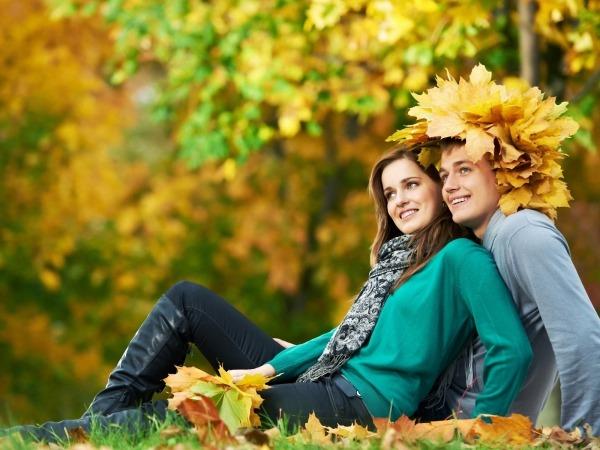 Обои о любви: Влюбленные в осеннем парке