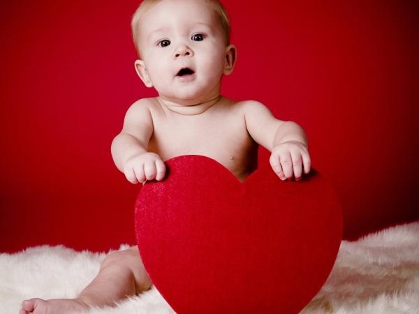 Обои о любви: Малыш с сердцем-подушкой