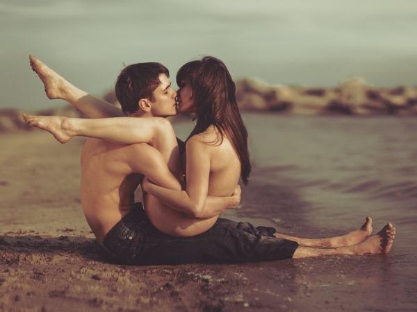Обои о любви: Поцелуй на пляже