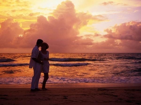 Обои о любви: Двое на закате у моря