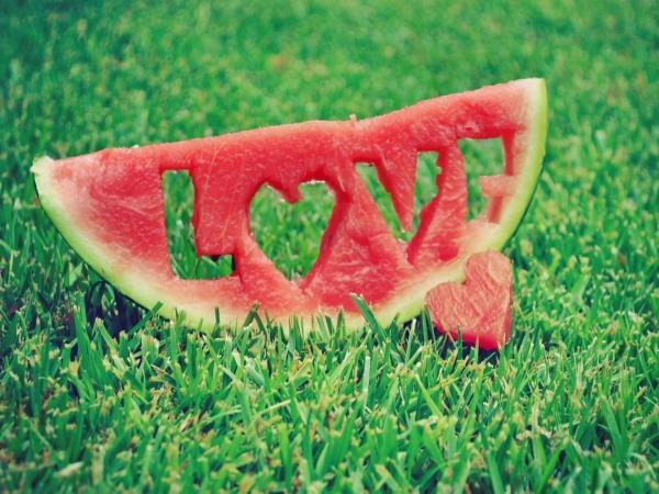 Обои о любви: Арбуз с надписью Love