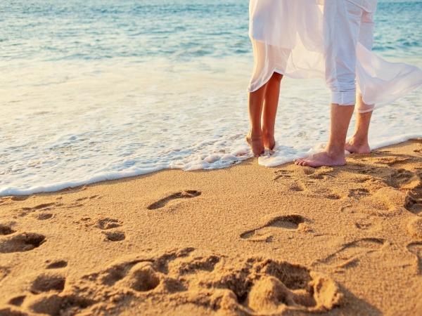 Обои о любви: Влюбленные на песке