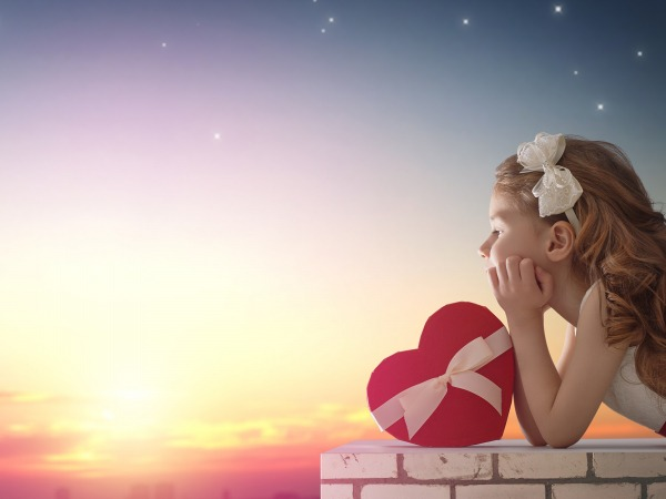 Обои о любви: Девочка с сердцем на закате