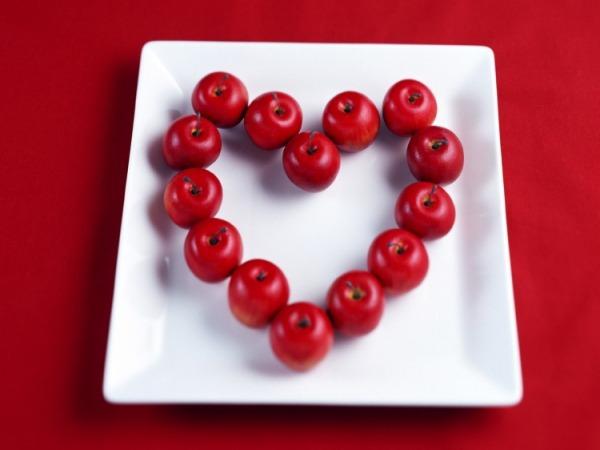 Обои о любви: Сердце из яблок
