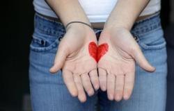 Обои о любви: Сердце на ладонях
