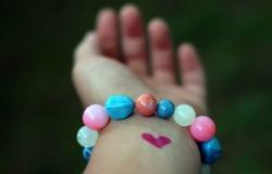 Обои о любви: Сердечко на запястье