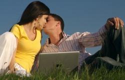 Обои о любви: Влюбленные на траве