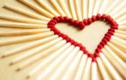 Обои о любви: Сердце из спичек