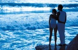 Обои о любви: Влюбленные на берегу моря ночью