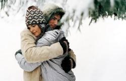 Обои о любви: Влюбленные в снежном лесу