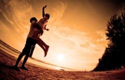 Обои о любви: Влюбленные на закате солнца