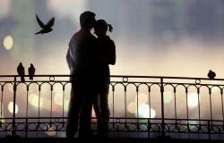 Обои о любви: Поцелуй влюбленных на мосту