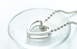 Обои о любви: Сердце на цепочке