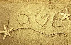 Обои о любви: Love на песке