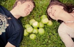Обои о любви: Влюбленные с яблоками