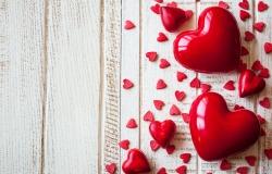 Обои о любви: Яркие сердечки на деревянном столе