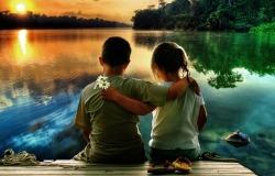 Обои о любви: Влюбленные дети на берегу реки