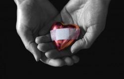 Обои о любви: Раненое сердечко в ладонях