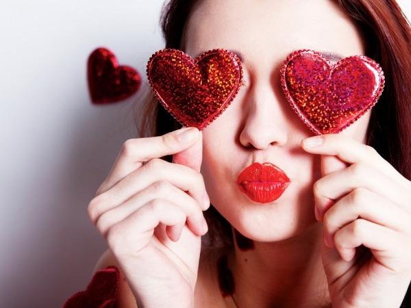 Обои о любви: День святого Валентина: девушка с сердечками