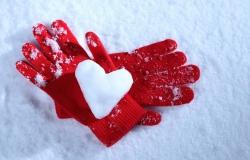 Обои о любви: Снежное сердце в руках